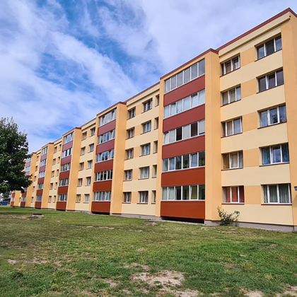 """""""Daudzdzīvokļu dzīvojamās mājas fasādes atjaunošana"""". Maskavas iela 1, Salaspils, LV-2121"""
